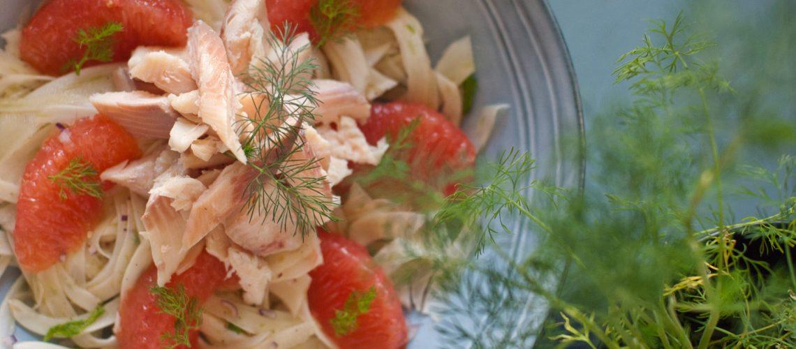 Salade de fenouil, pamplemousse rose et filets de truite fumée
