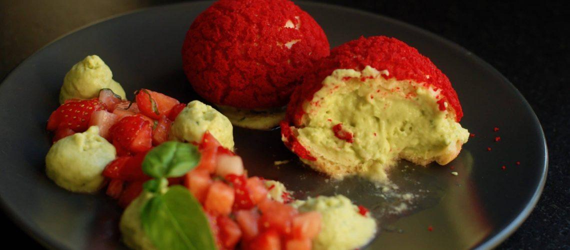 Choux craquelin au crémeux basilic et tartare de fraises